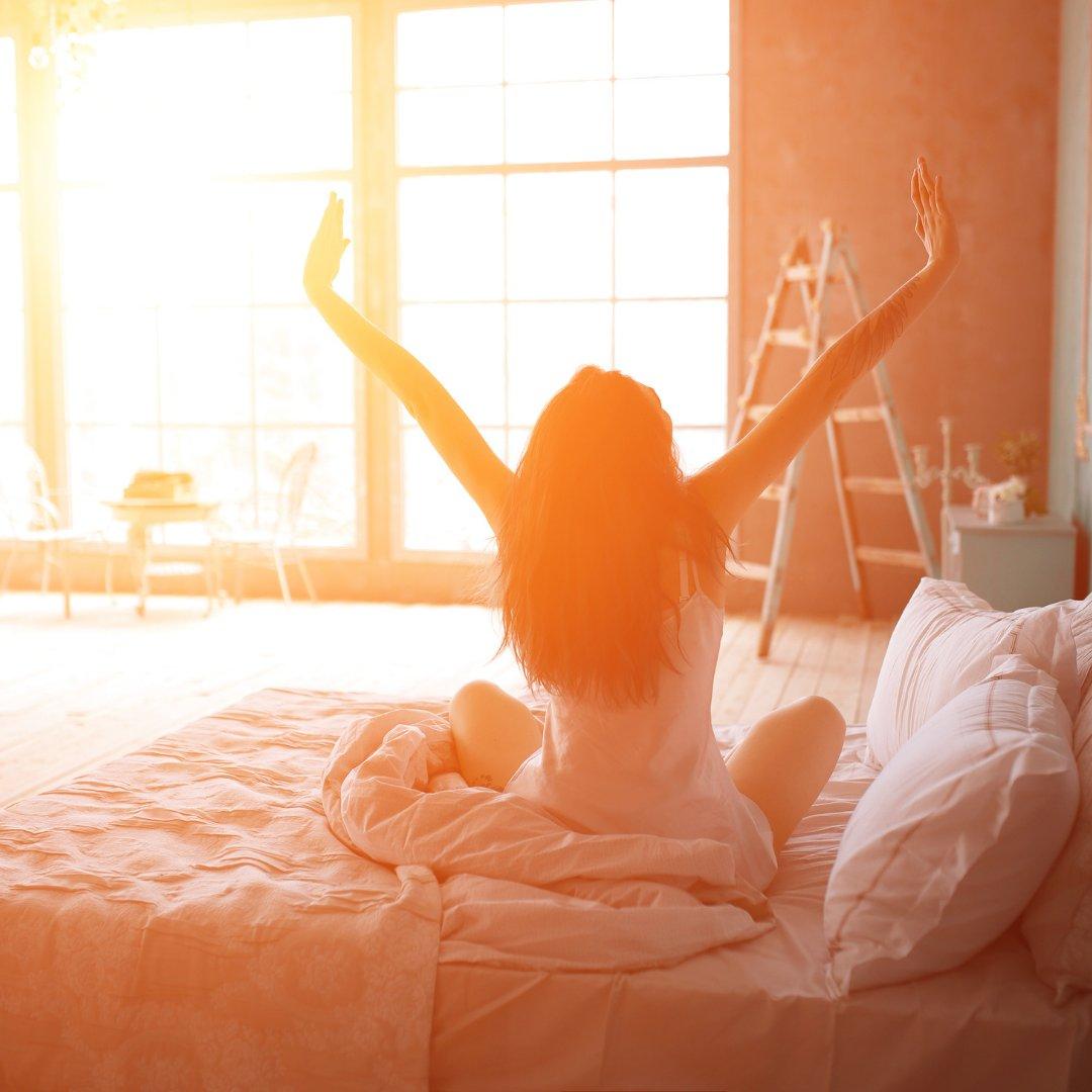 Imagem de uma mulher acordando