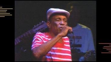 Músico Bezerra da Silva em apresentação no Acervo Musical.