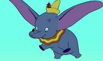 Cena de filme 'Dumbo' em que Dumbo voa com ratinho no chapéu