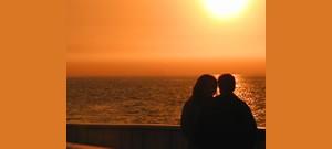 PowerPoint com casal olhando o mar na capa