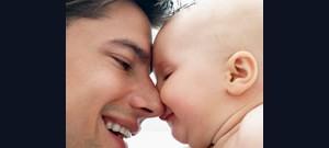 Capa de apresentação de power point com pai e filho bebê com rostos unidos