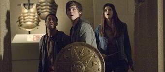 Cena de filme Percy Jackson, com Percy Jackson, Grover e Annabeth.