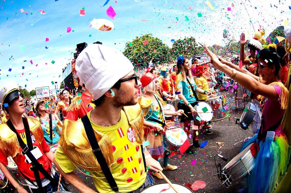 Escola de samba tocando com confetes voando