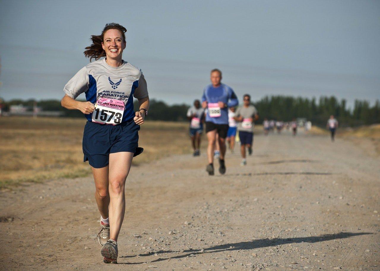Mulher correndo em uma maratona.