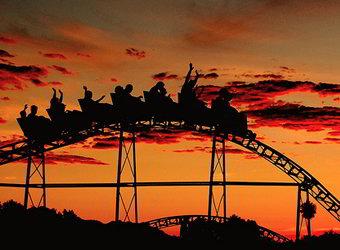 Montanha-russa durante o pôr do sol.
