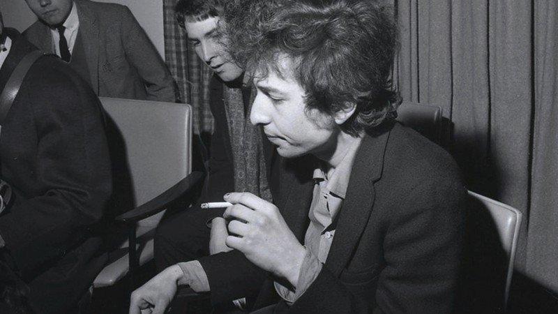 Bob Dylan fumando cigarro.