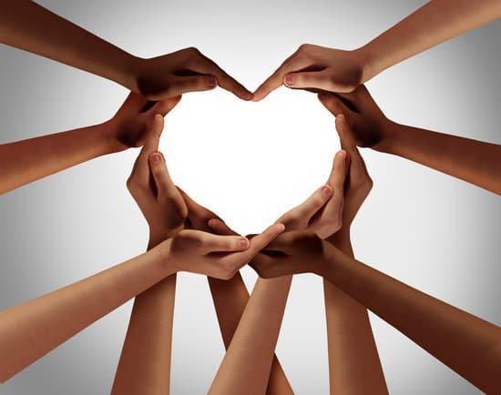 Diversas mãos formando um coração