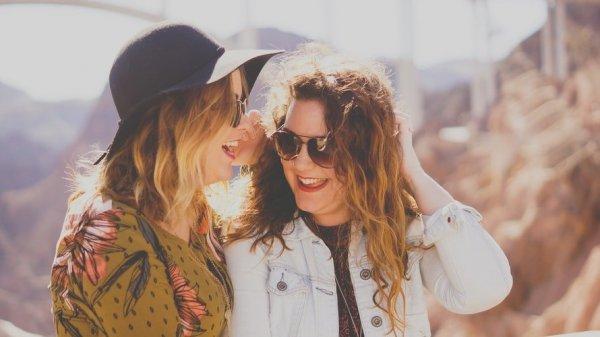 Mulheres conversando em uma montanha