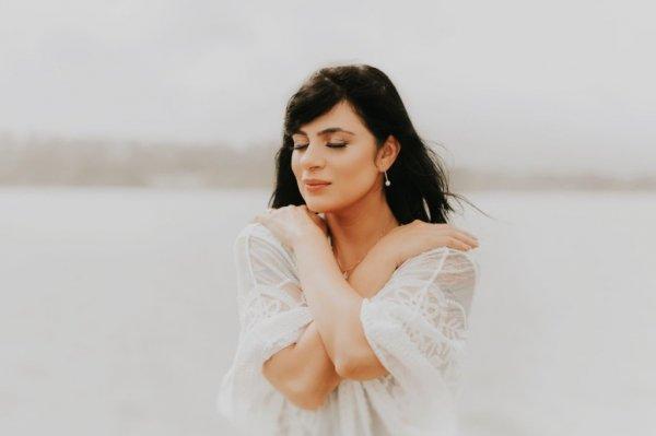 Fernanda Brum em foto para divulgação de vestido brando e olhos fechados
