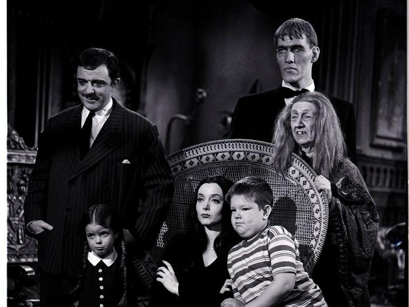 Família Addams unida na sala