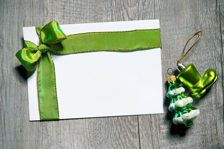 Cartão-presente embrulhado com fita verde