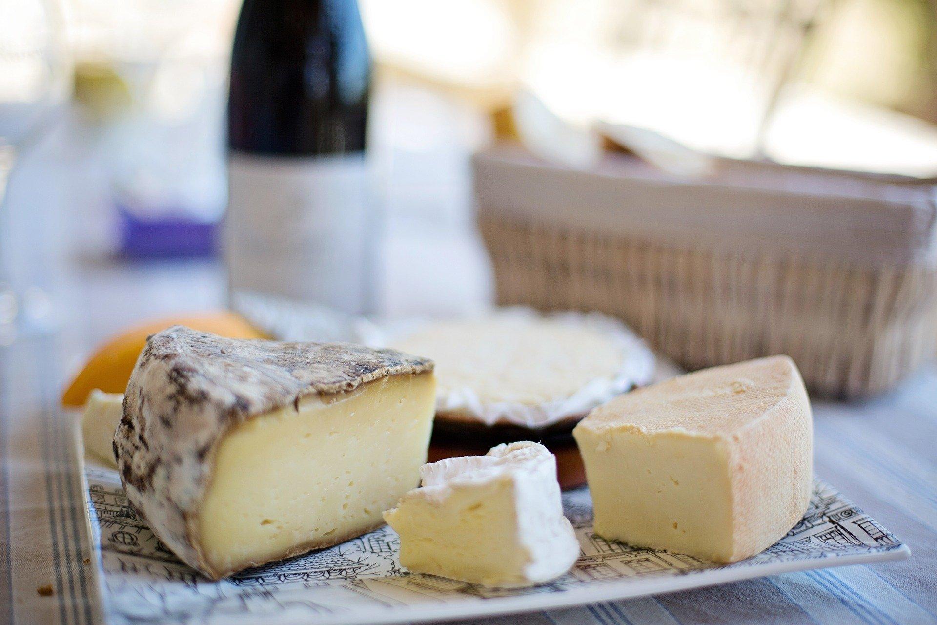 Prato com tipos de queijos diferentes