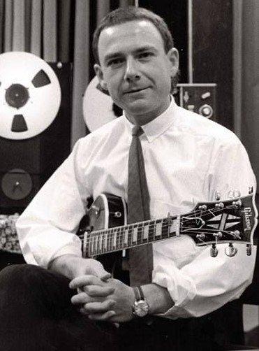 Robert Fripp posando com guitarra em estúdio