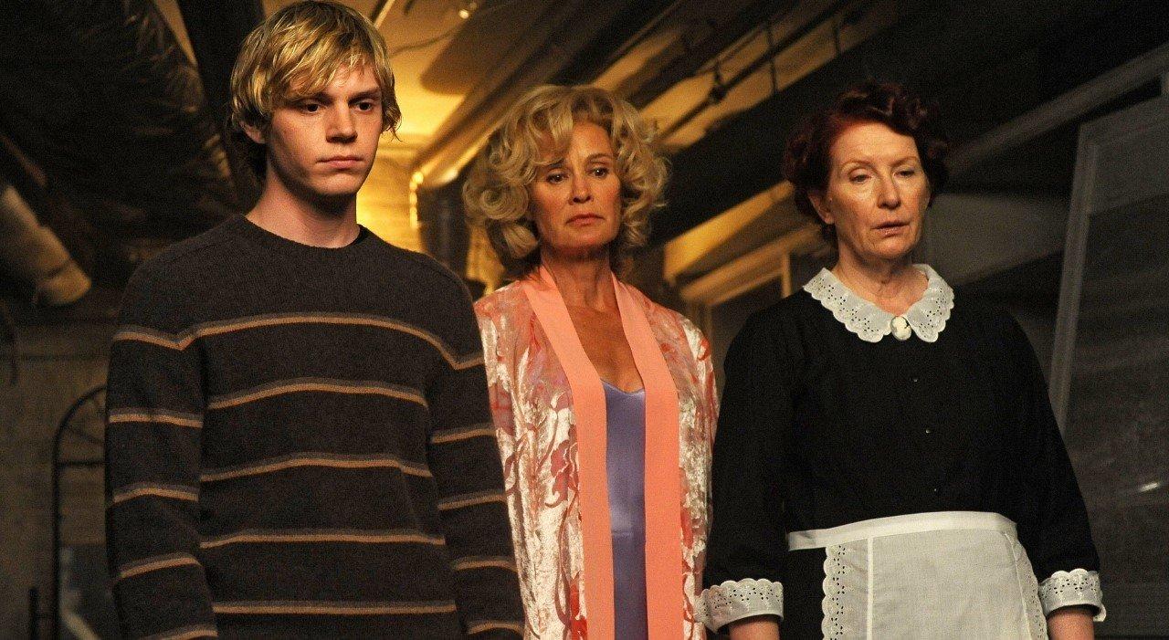 Personagens de American Horros Story em cena de 1ª temporada unidos olhando para frente