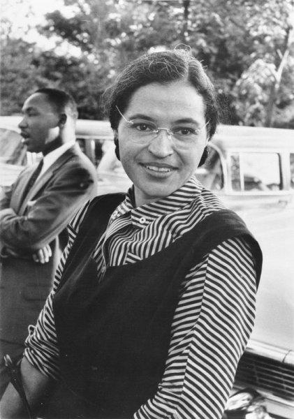 Rosa Parks sorrindo ao lado de outra mulher