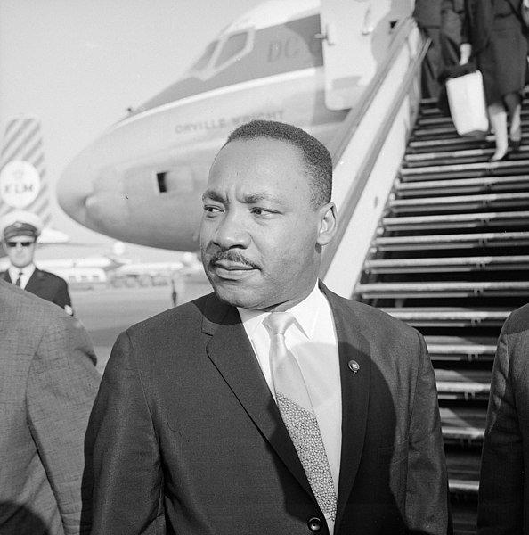 Martin Luther King Jr. em frente a microfones