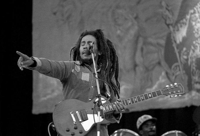 Bob Marley cantando no palco