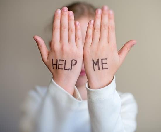 Mulher com suas mãos em frente ao rosto com as palavras 'Me ajude'