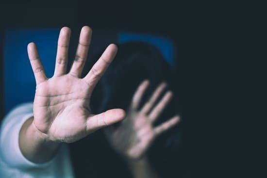 Mulher escondendo seu rosto com mãos a sua frente