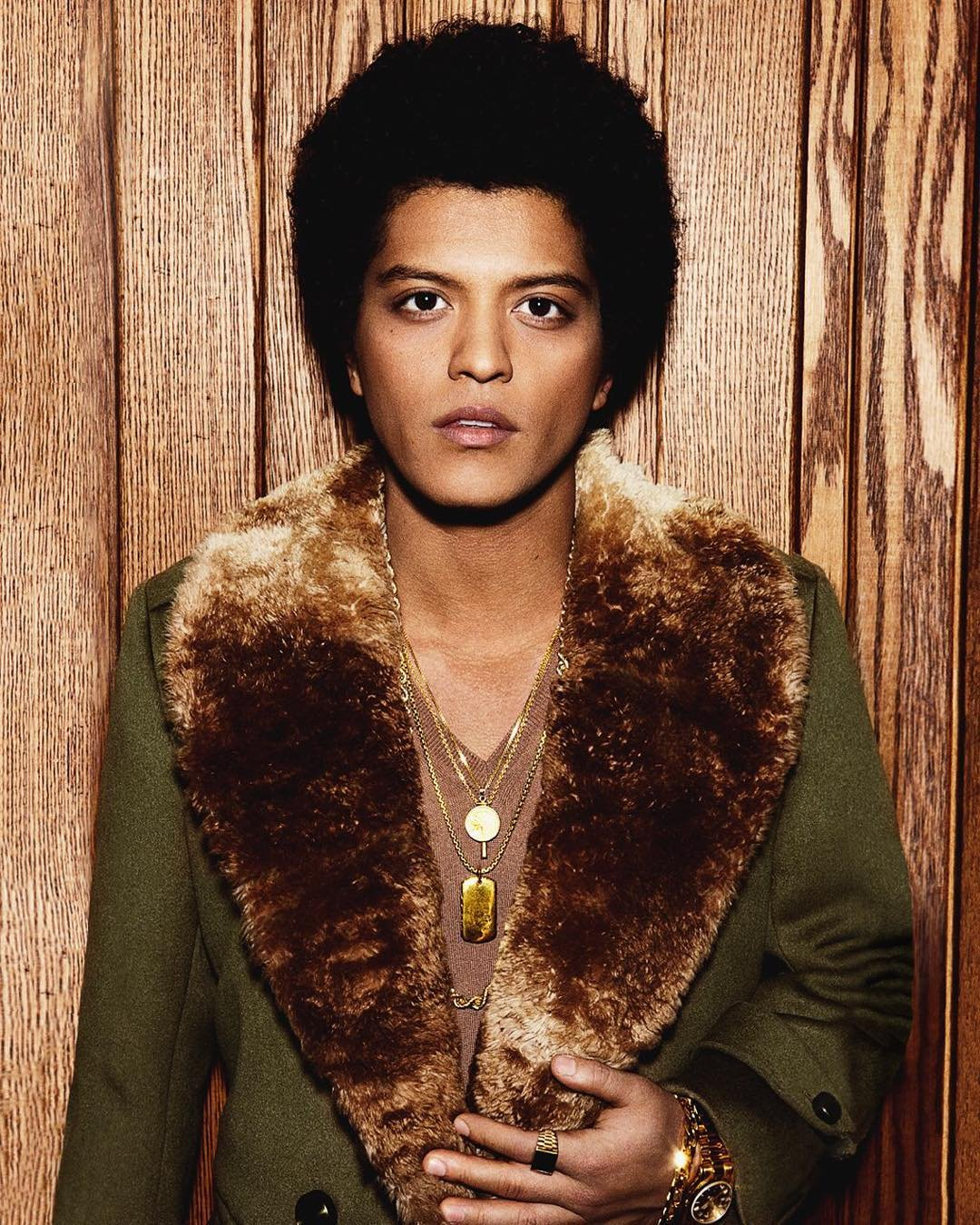 Bruno Mars usando terno com lapela coberta com pelagem.