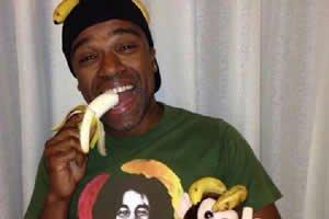 Alexandre Pires em foto comendo banana e bananas ca cabeça e no bolso em apoio à campanha #somostodosmacacos