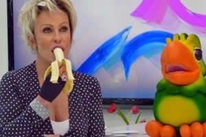 Ana Maria Braga e Louro José em programa 'Mais você' com Ana Maria comendo banana.