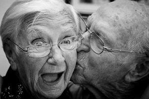 Resultado de imagem para velhinhos aproveitando a vida