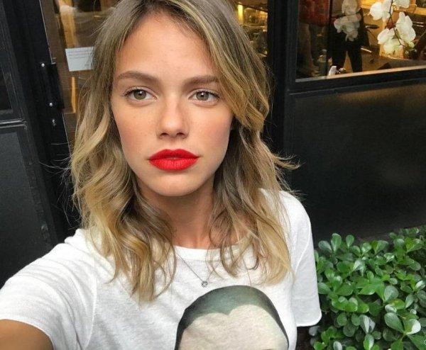Selfie de atriz Laura Neiva postada em seu Instagram