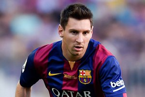 Lionel Messi correndo em campo