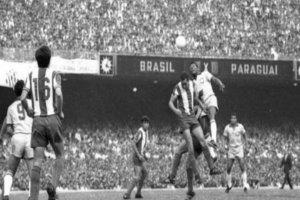 O maior público pagante numa partida de futebol no Brasil foi no jogo entre  Brasil e Paraguai 4b1a639fafe67