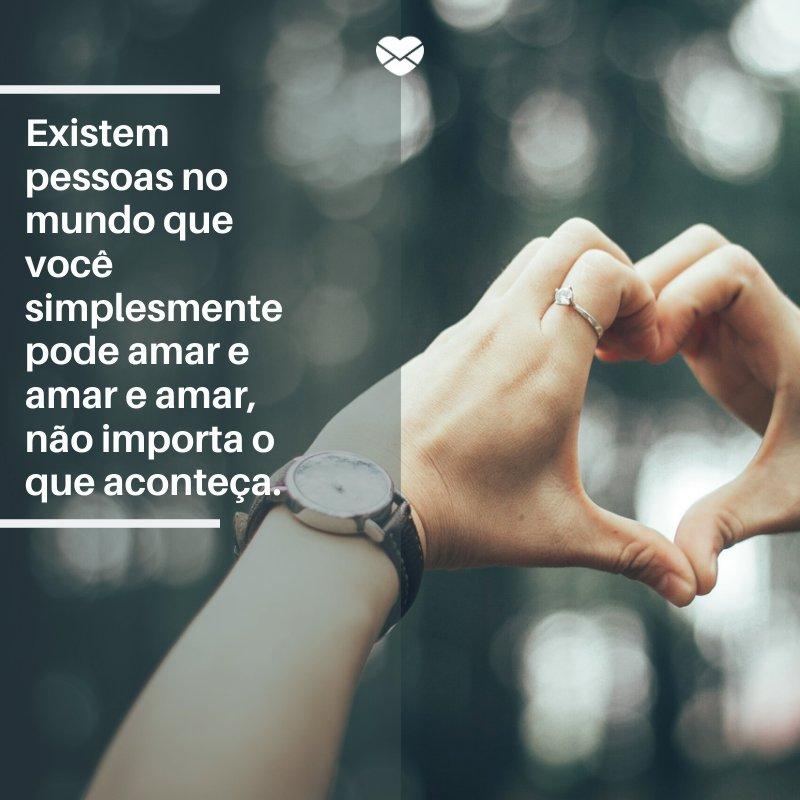 'Existem pessoas no mundo que você simplesmente pode amar e amar e amar, não importa o que aconteça.' -Frases para casal apaixonado