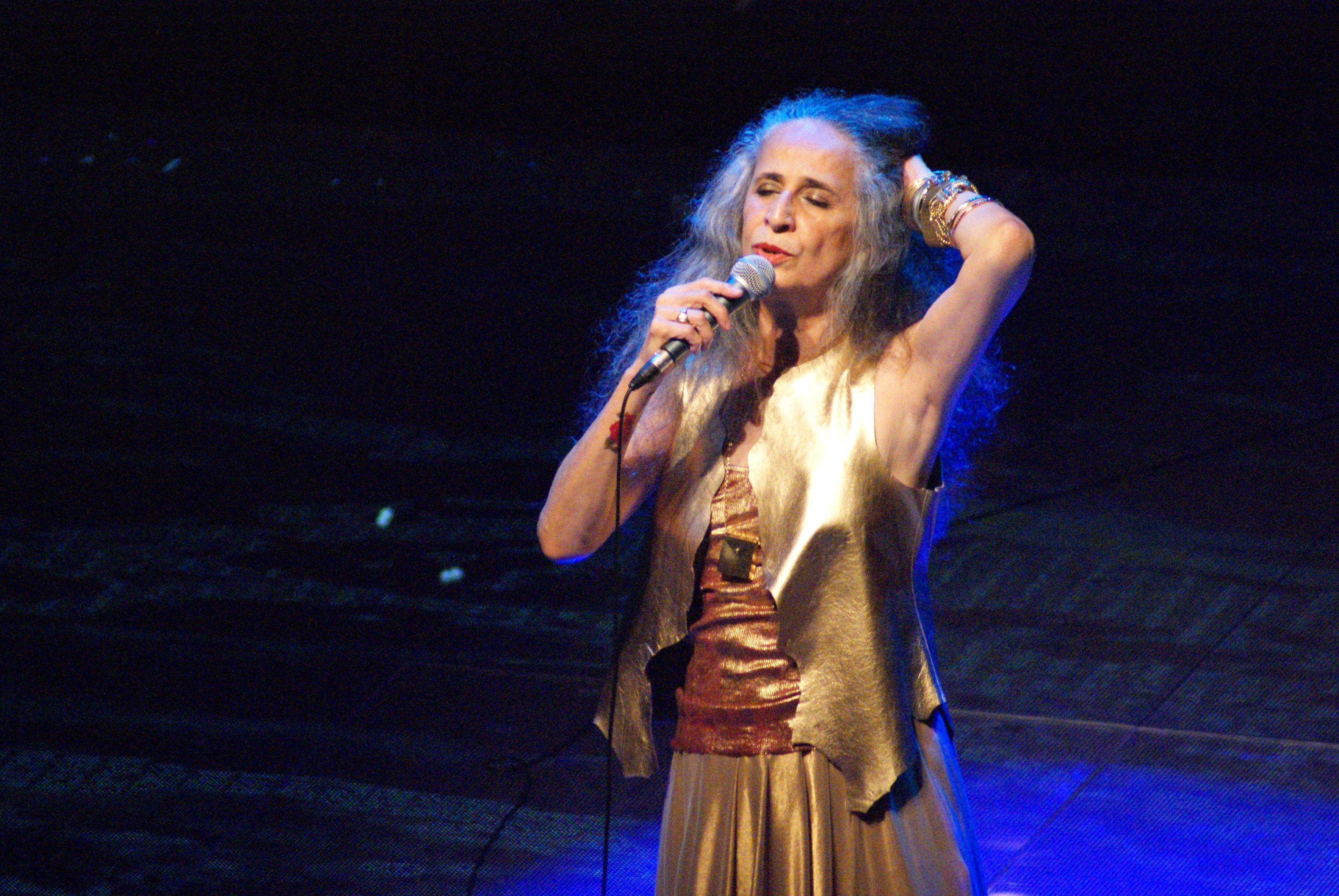 Maria Bethânia no palco cantando
