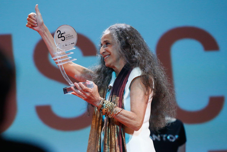 Maria Bethânia no palco segurando prêmio