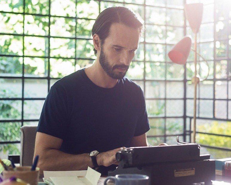 Rodrigo Santoro digitando em máquina de escrever.