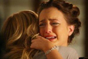 Duas amigas chorando abraçadas.