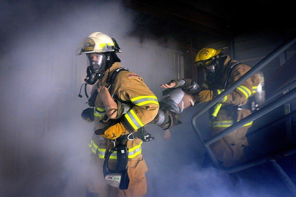 Bombeiros em meio a fumaça