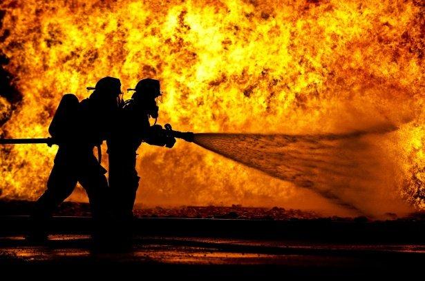 Bombeiros apagando incendio