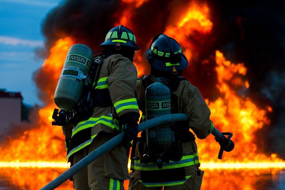 Dois bombeiros olhando para incêndio