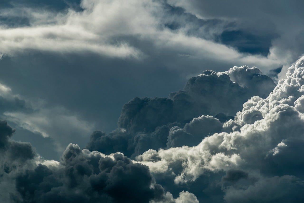 Céu cinza escuro com muitas nuvens acumuladas se sobrepondo.