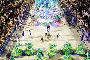 Desfile de Carnaval em sambódromo