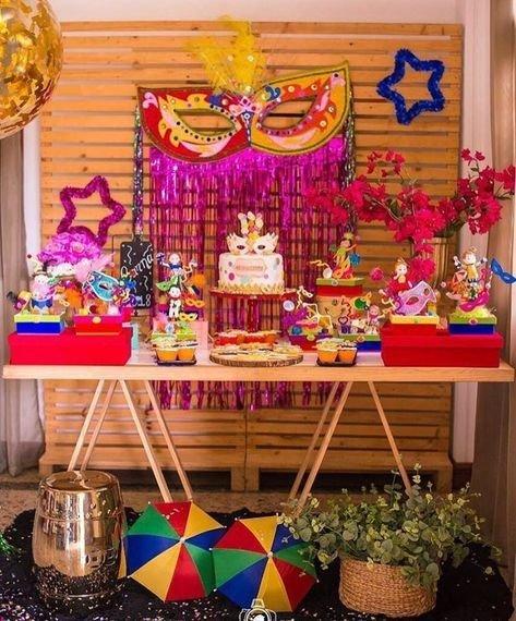 Mesa decorada com tema de carnaval