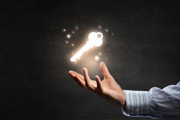Homem com a mão aberta, e flutuando sobre sua palma, uma chave dourada brilhando. Ela representa a chave para o sucesso.