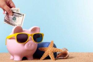 Cofre de porco com óculos e pessoa colocando dinheiro