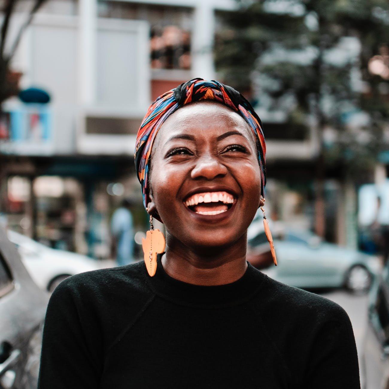 Mulher sorrindo na rua