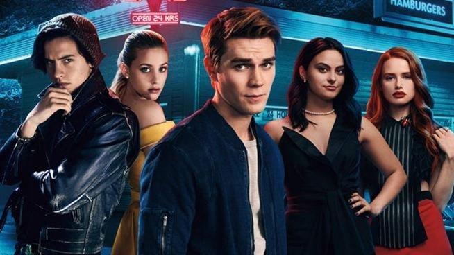 Da esquerda para a direita, Jughead Jones, Betty Cooper, Archie Andrews, Veronica Lodge e Cheryl Blossom, personagens da série Riverdale.