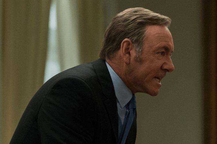 Kevin Spacey como Frank Underwood, vestindo terno e gravata, gritando com alguém que não aparece na foto.