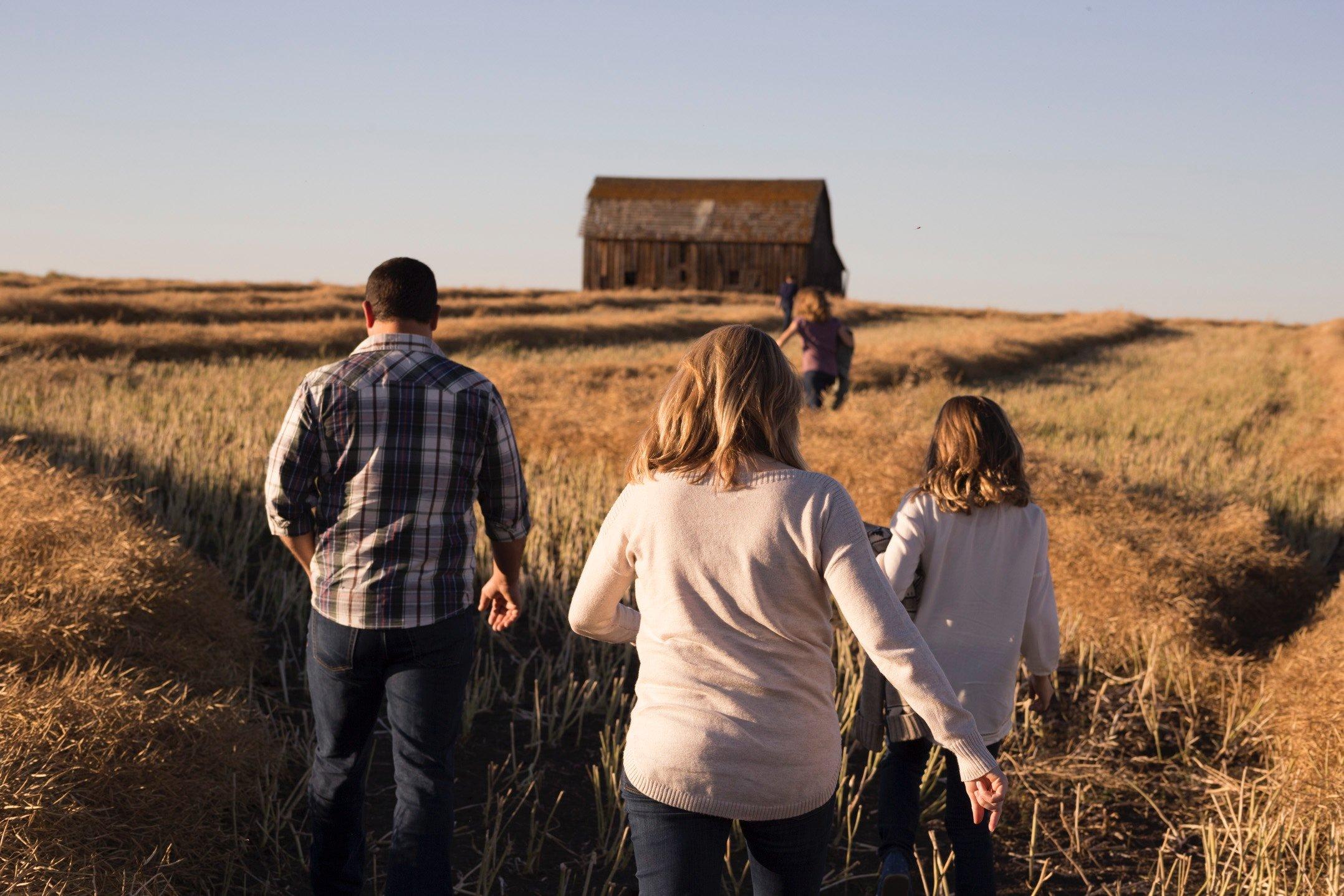 Família andando em campo