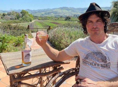 Ian Somerhalder em varanda