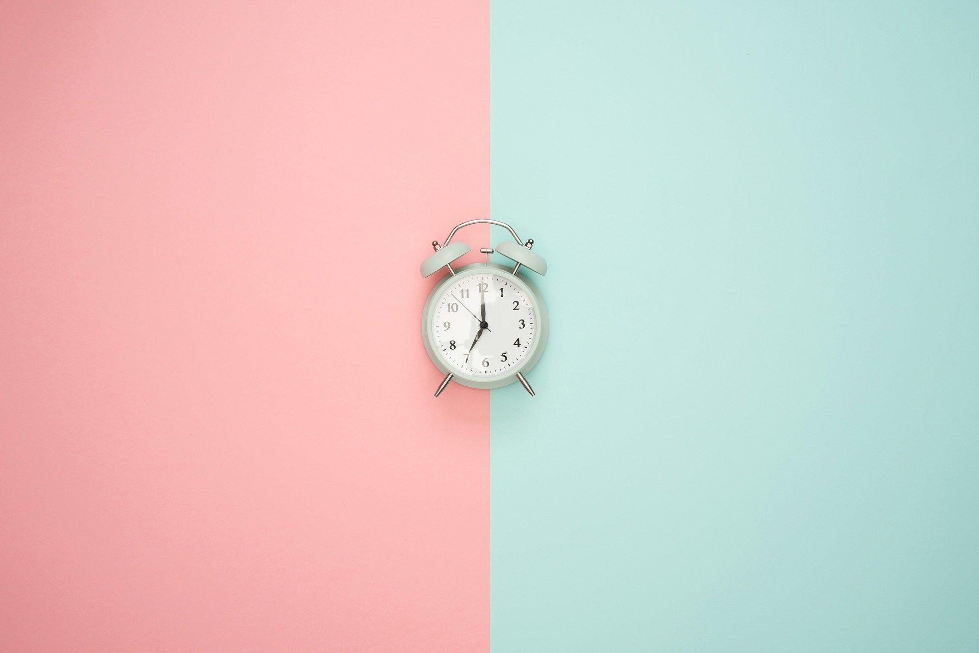 Relógio antigo em uma parede colorida