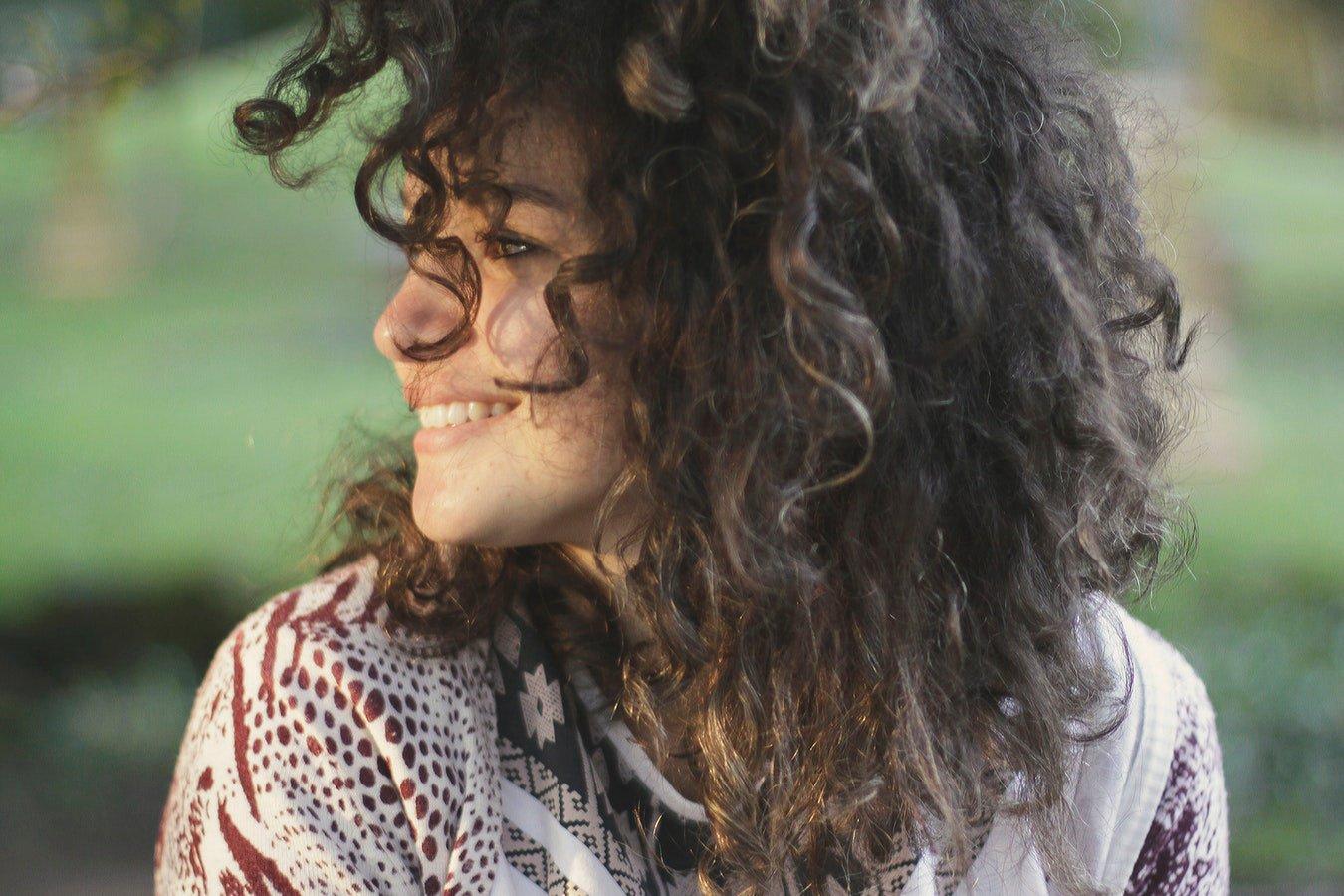 Mulher olhando para o lado sorrindo